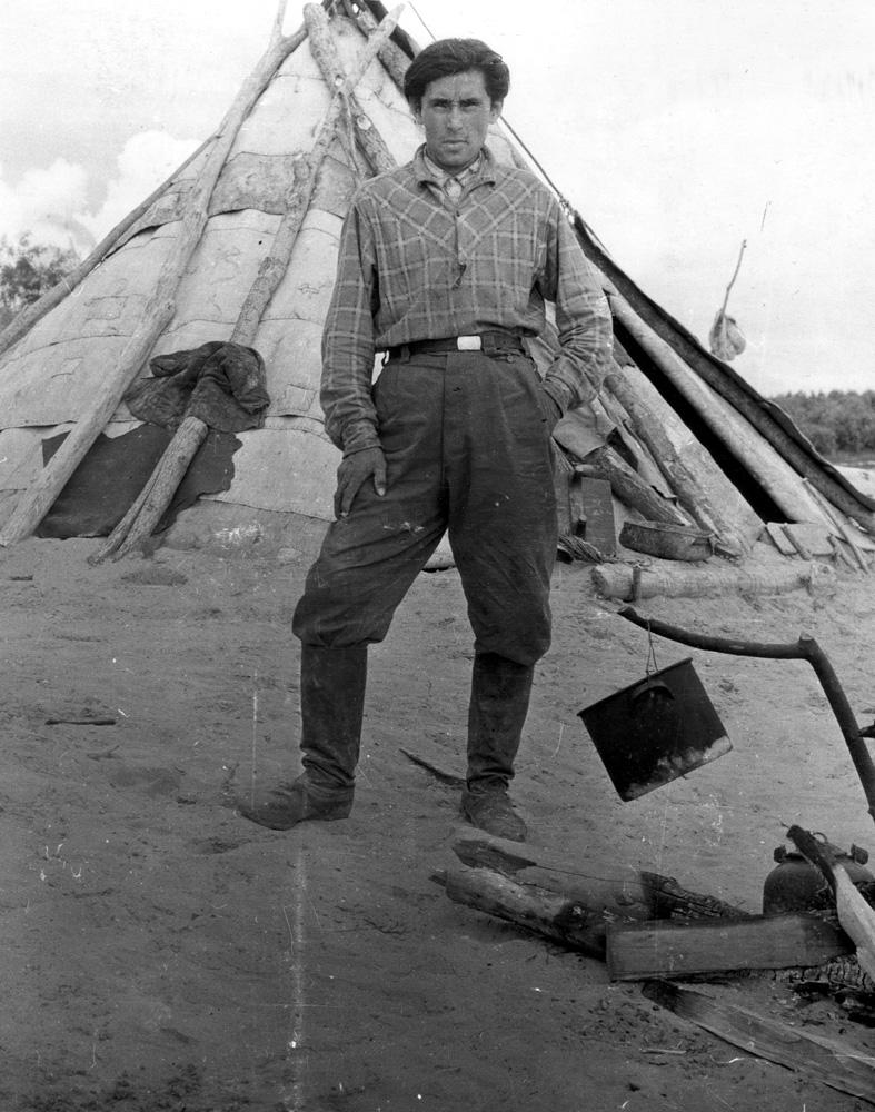 Истинный абориген Енисея (кето) Иван Бальдин у своего летнего чума