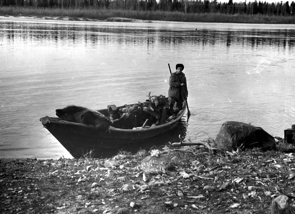 Добычливое осеннее утро на Елогуе. Медвежонка подарили встречные староверы (сентябрь, 1963 г.)