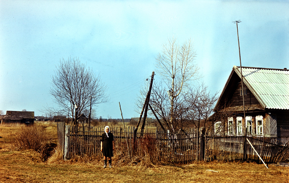 Александра Евдокимовна у своего дома