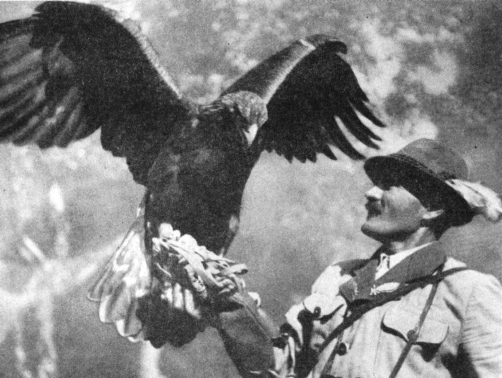 Охотник и дрессированный беркут. Фото Хомоки-Надь