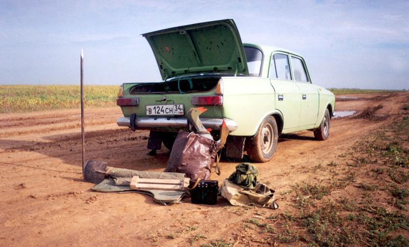 Всё, что необходимо на засидке для охоты, выгружено из машины