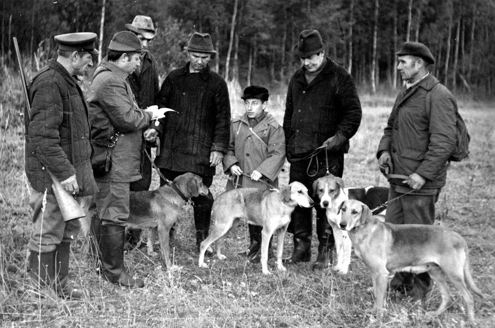 Эксперт всесоюзной категории С.М.Пашков (второй слева) с командой гончатников Ивановского охотоб-ва
