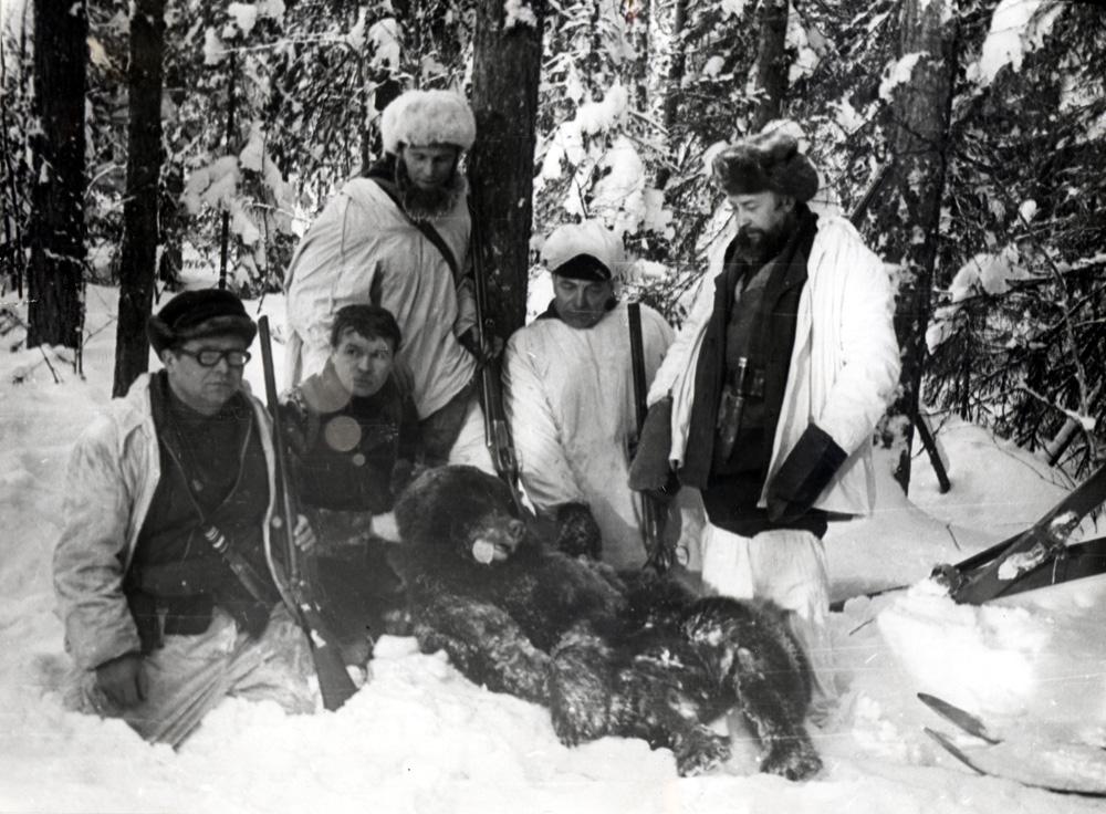 «Добрали!».  Стоят: справа — В.И.Кукош, у дерева — автор очерка; сидит без шапки — Юрий Касаткин