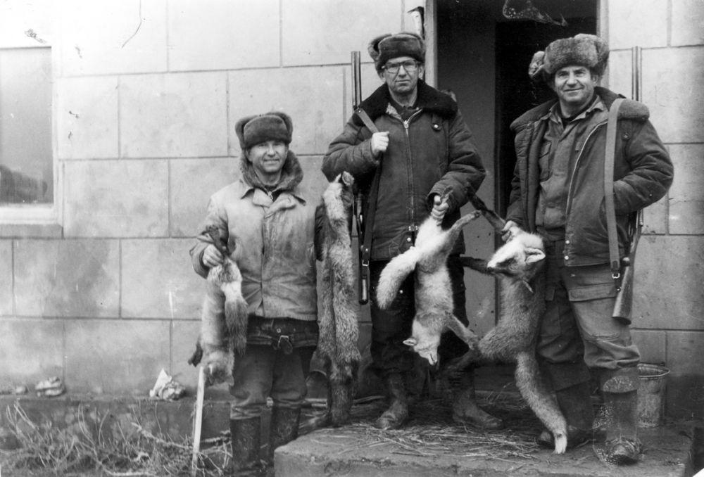 Бригада из трех родных братьев. Автор очерка — в центре. Все звери отловлены капканами
