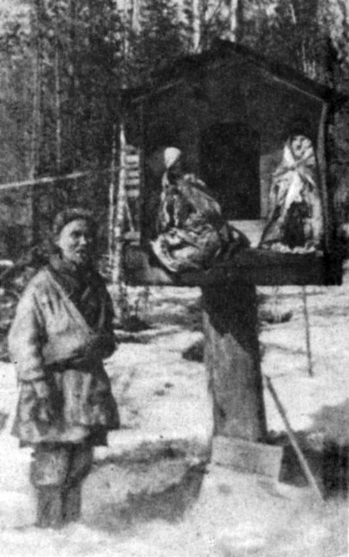Жертвенный лабаз манси на Малой Сосьве. Снимок В. В. Раевского 1940 г.