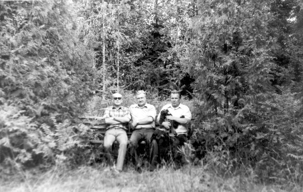 Фото на память о пребывании в Скнятинском охотхозяйстве (слева направо: В. Валуев, А. Филипченко, на
