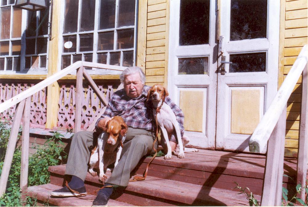 Александр Сергеевич со своими любимцами на крыльце дома в Салтыковке. Октябрь, 1999 г.