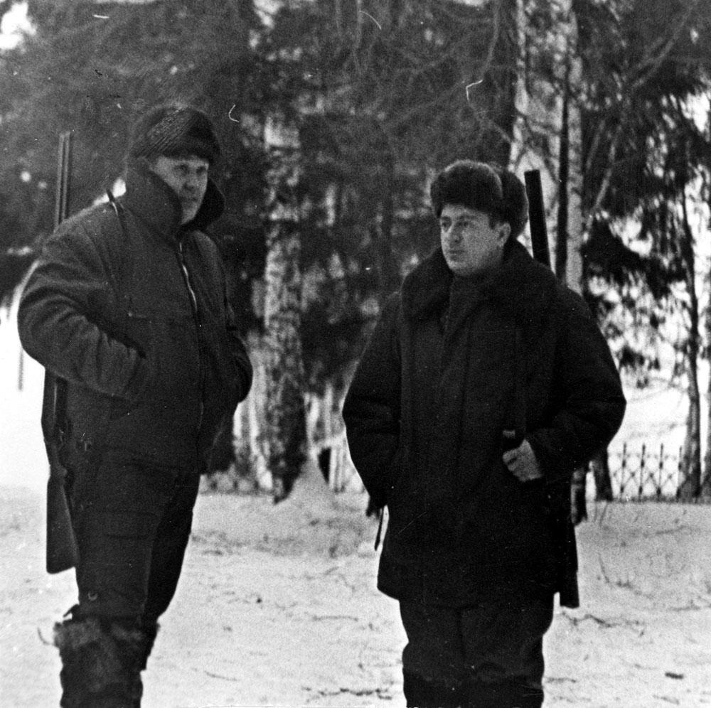Ю. Глазков и Н. Радченко на охотничьей базе