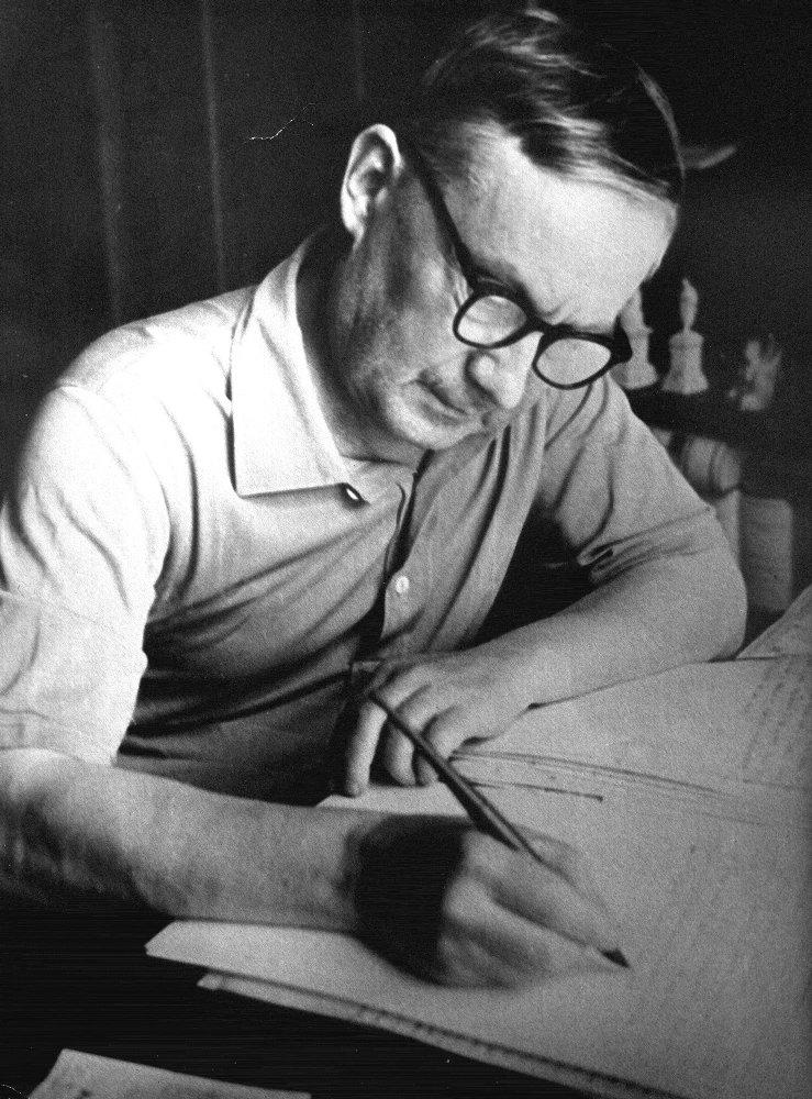 А.В.Перегудов  работает над романом «В те далекие годы», 1951 г.