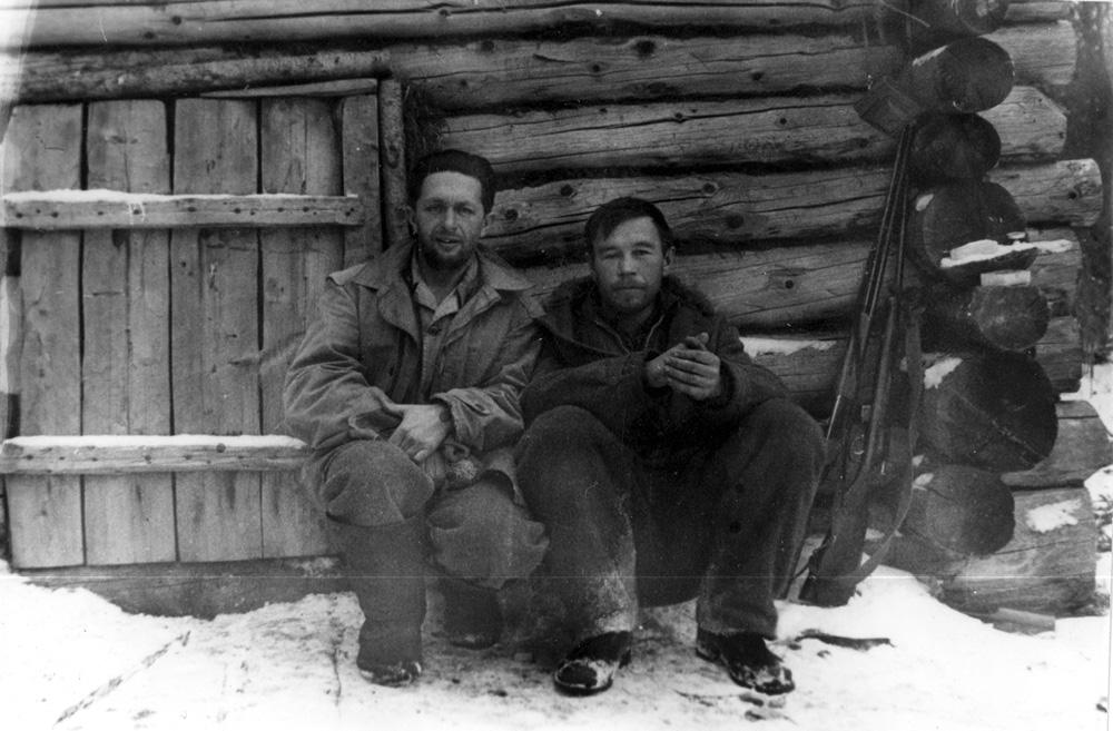 Ф. Р. Штильмарк и автор очерка у таёжной избушки в Туве (1971 г.)