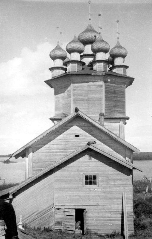 Покровская церковь в Кижах после «благолепных обновлений» 1880-х гг. (до реставрации, 1950 г.)