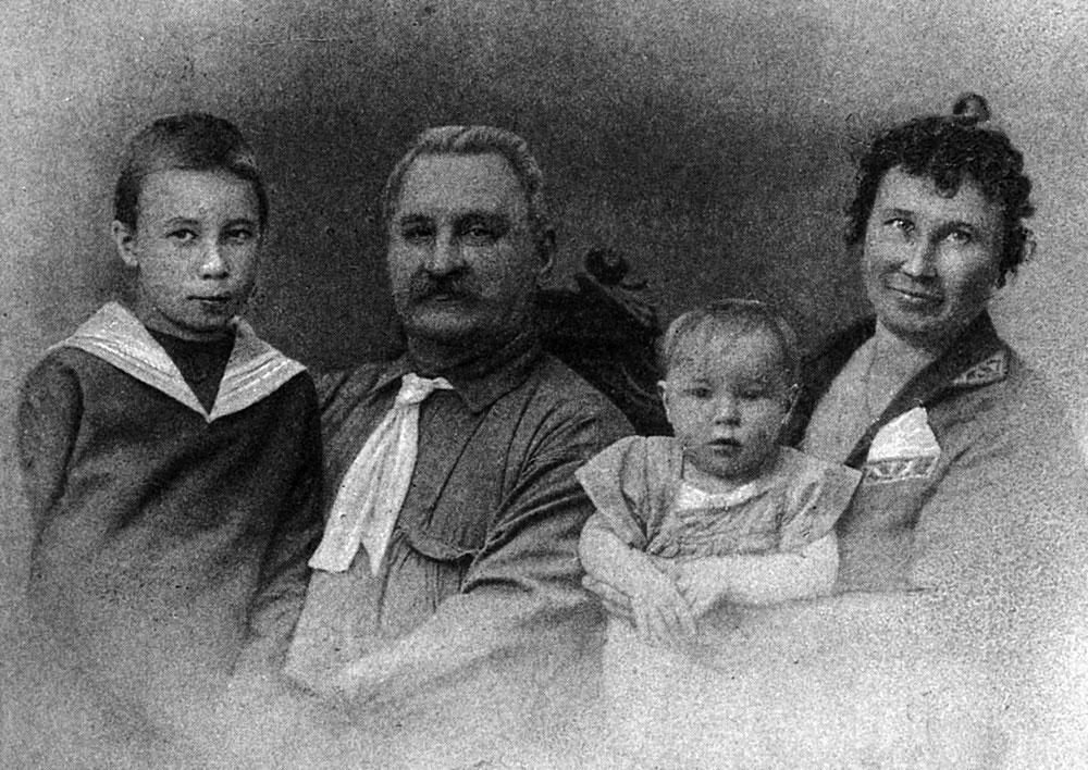 Сергей Александрович с женой Амалией Иванов-ной и сыновьями (младший — Александр Сергеевич. 1925 г.