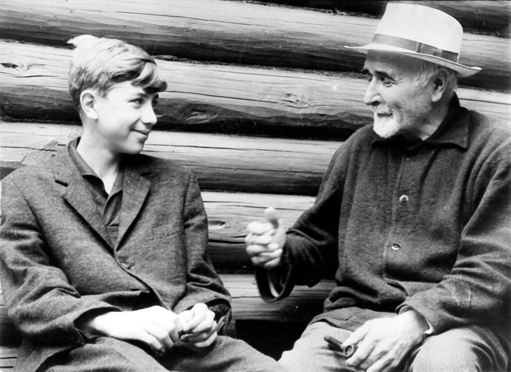 И. С. Соколов-Микитов с внуком Сашей. Карачарово, 1963 г.