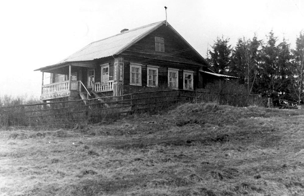 Дом на высоком берегу озера. Веранда уже пристроена, а елки еще невелики (1977 г.)