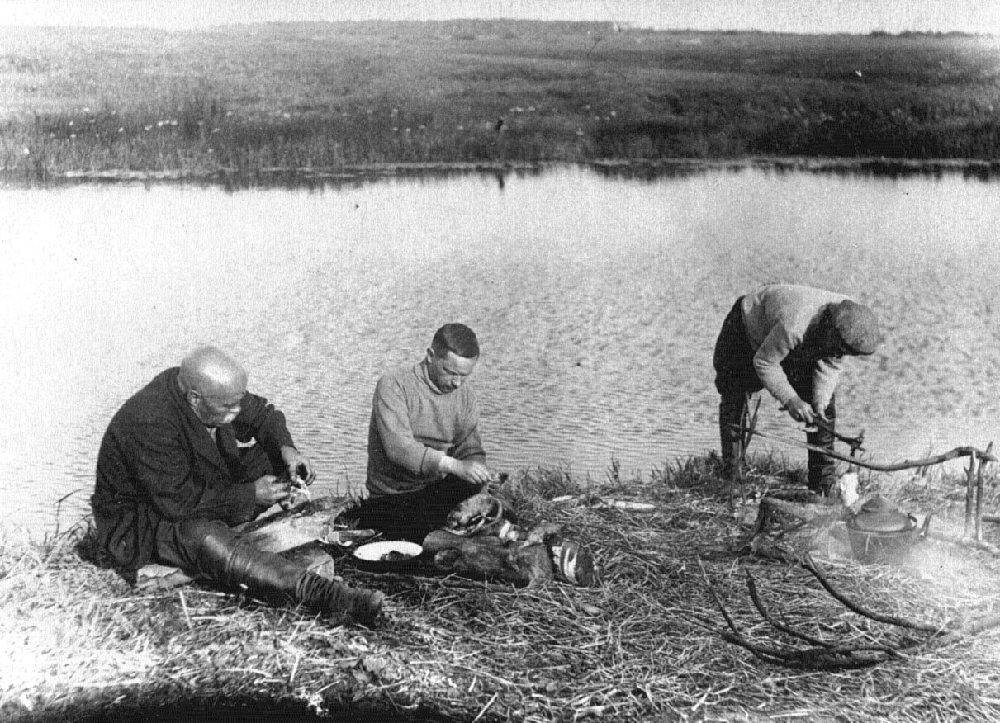 А.В.Перегудов (в центре), А.С.Новиков-Прибой и Тупицын на охоте в Костромской области, 1939 г.
