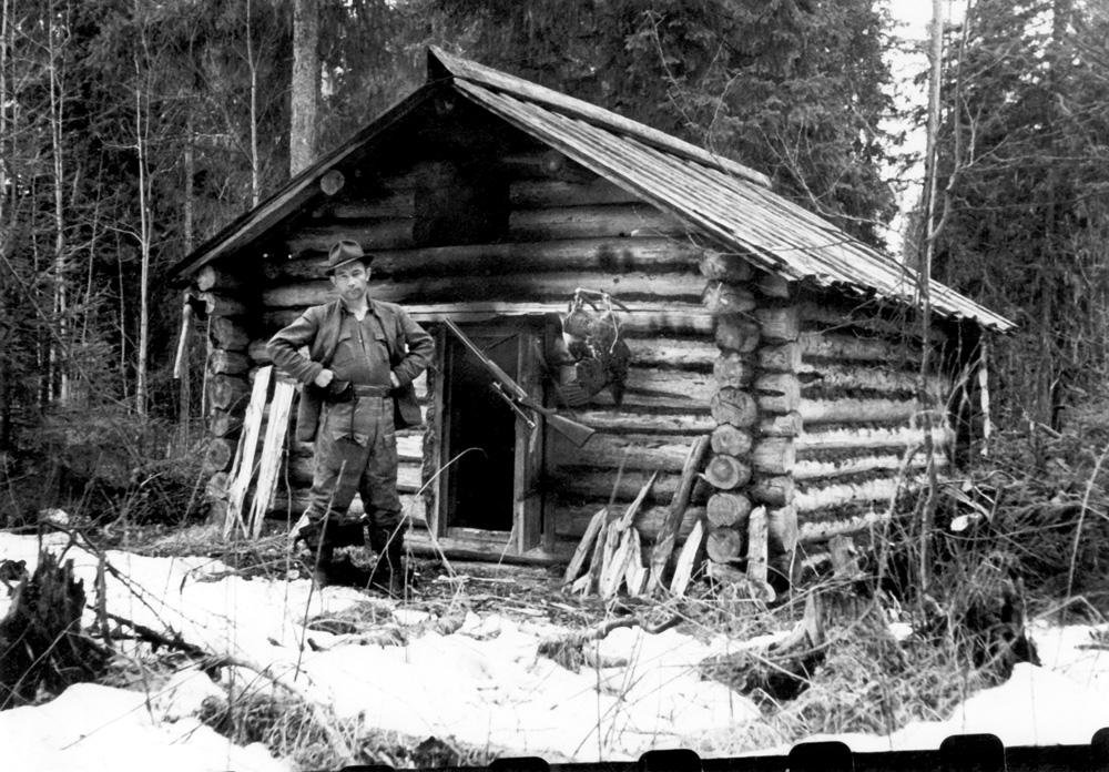 Вернулся с охоты в уютное пристанище (Архангельская обл., 1960 г.)