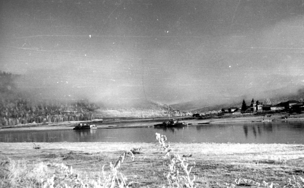Деревня Дядино с чудом уцелевшей церквушкой. Соболиные края, 1959 г.