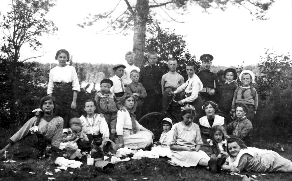 Братья Юрий и Алексей Ливеровские в Лебяжьем среди друзей и родственников (1908 г.)
