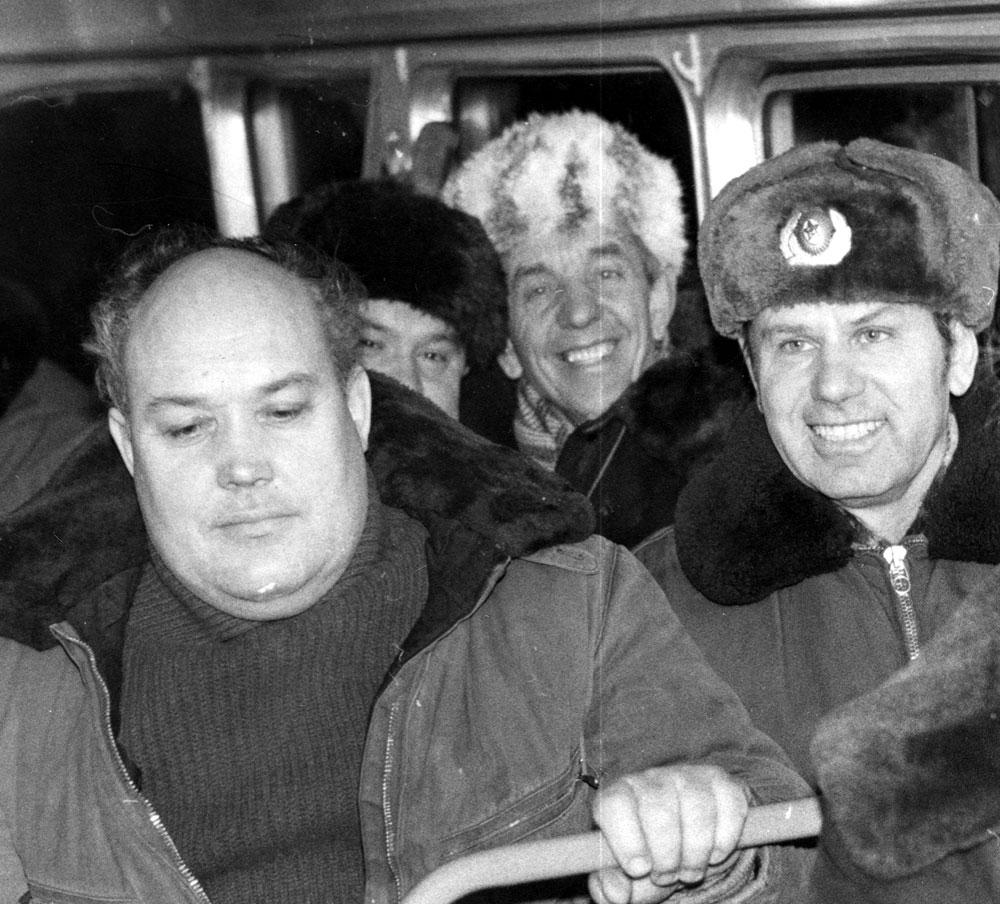 По пути на охоту в салоне автобуса (Ю. Глазков, М. Жуковский, П. Кученков)