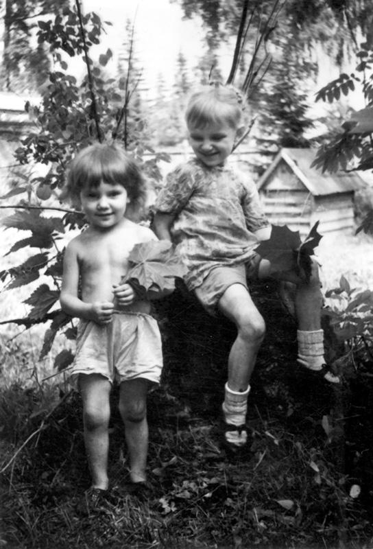 Маша и Алена (младшая) Ополовниковы на даче в Крюково. 1947 г.