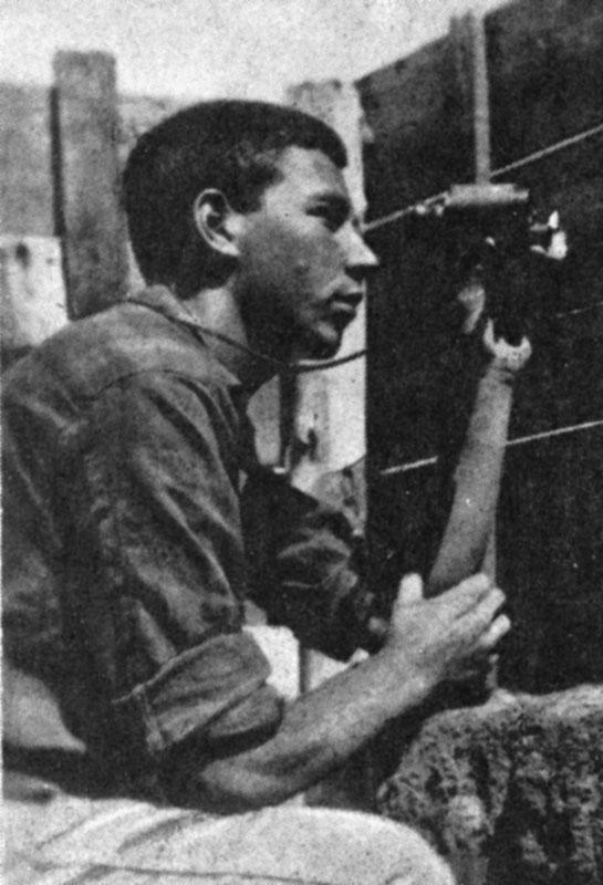 В. Раевский наблюдает за сусликами в Ставрополье (1930 г.)