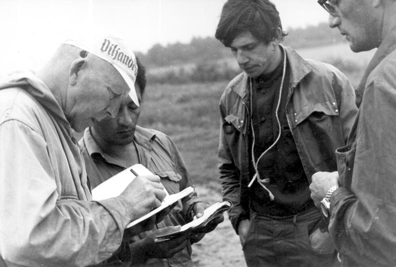 И. С. Соколов-Микитов набивает патроны. Ленинград, 50-е годы