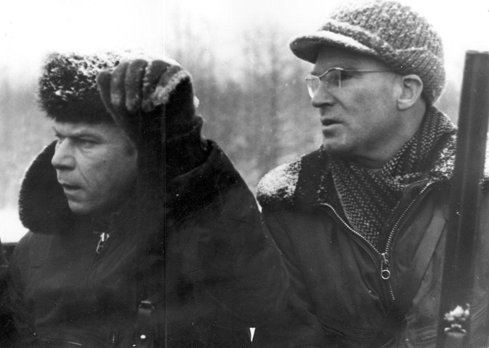 На бортовой машине к месту охоты (Ю. Артюхиен и В. Валуев)